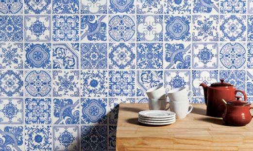 Uma Parede toda de azulejo português para quem deseja deixar a casa com uma pegada mais tradicional e familiar