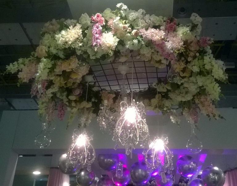 flores-pendentes-lustres-rosas-brancas