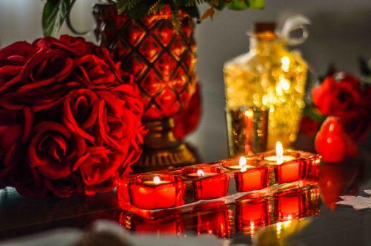 Rosas vermelhas, velas e muito romantismo - Formosinha Decorações